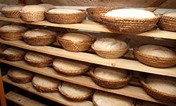Abschalten mit Freunden: Ein Dorf entschleunigt beim gemeinsamen Brotbacken