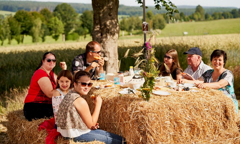 Ein Tisch im Kornfeld